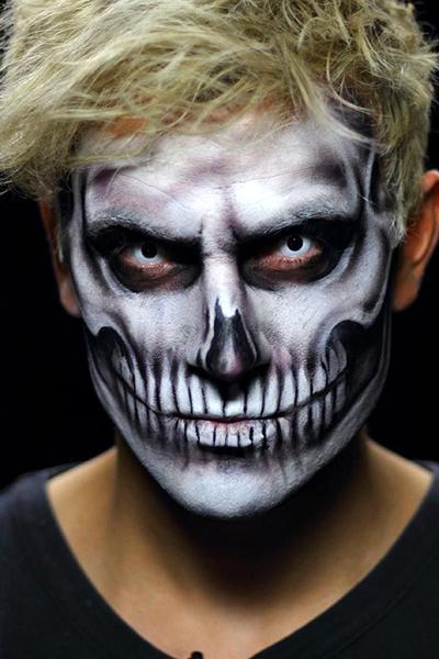 homem com maquiagem de caveira