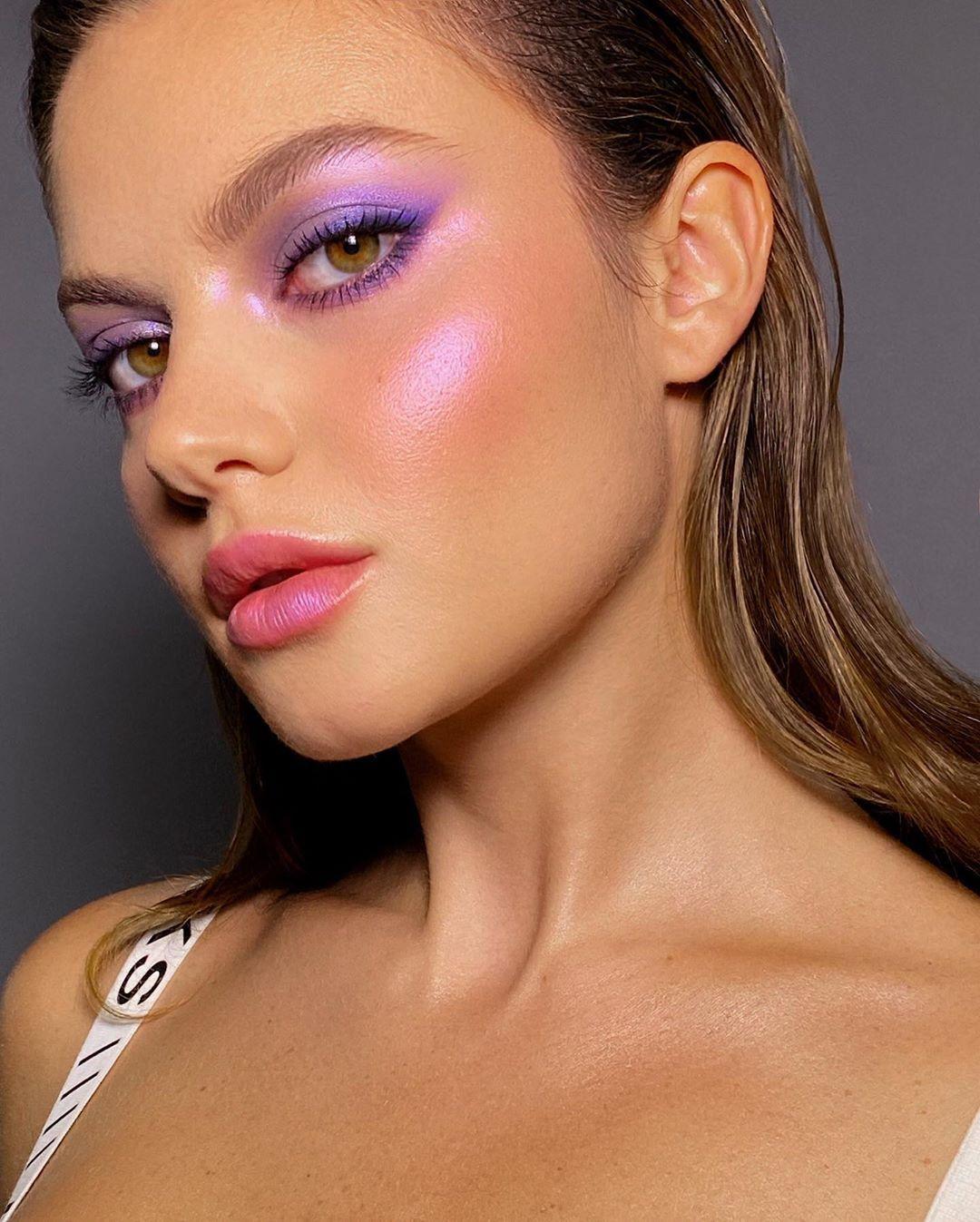 maquiagem iluminador e sombra colorida