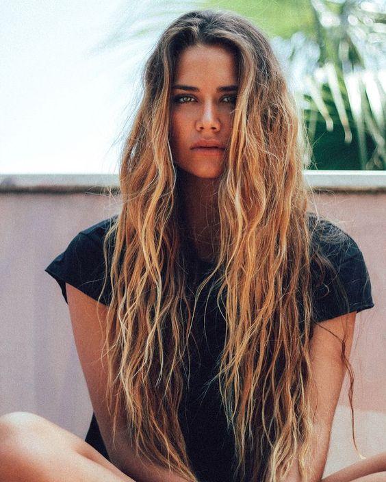 mulher com cabelos estilo beach waves