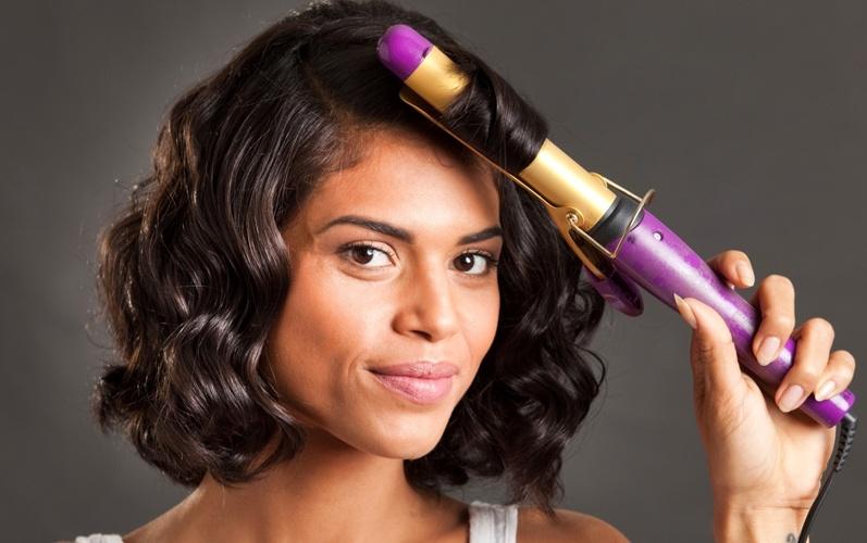 mulher com cabelos ondulados