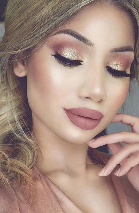 mulher com maquiagem estilo gloss
