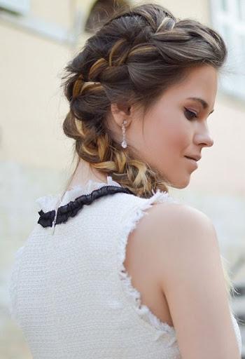mulher com penteado de trança