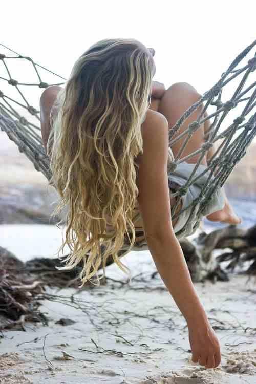 mulher em rede na praia