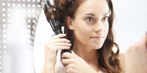 mulher ondulando cabelo