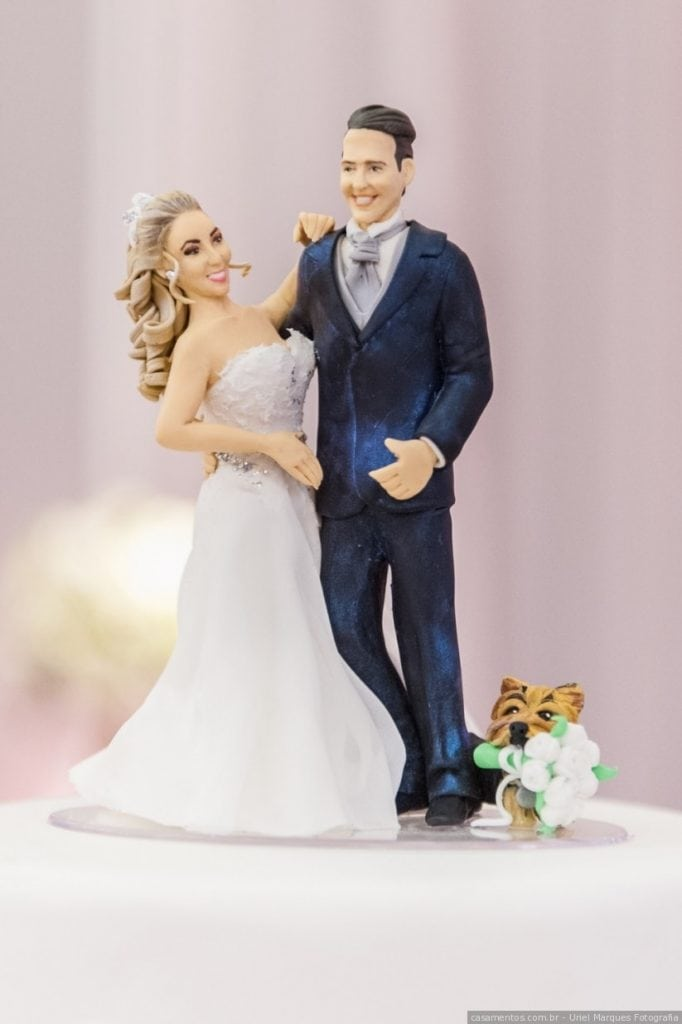 noivinhos com cachorro no topo do bolo de casamento