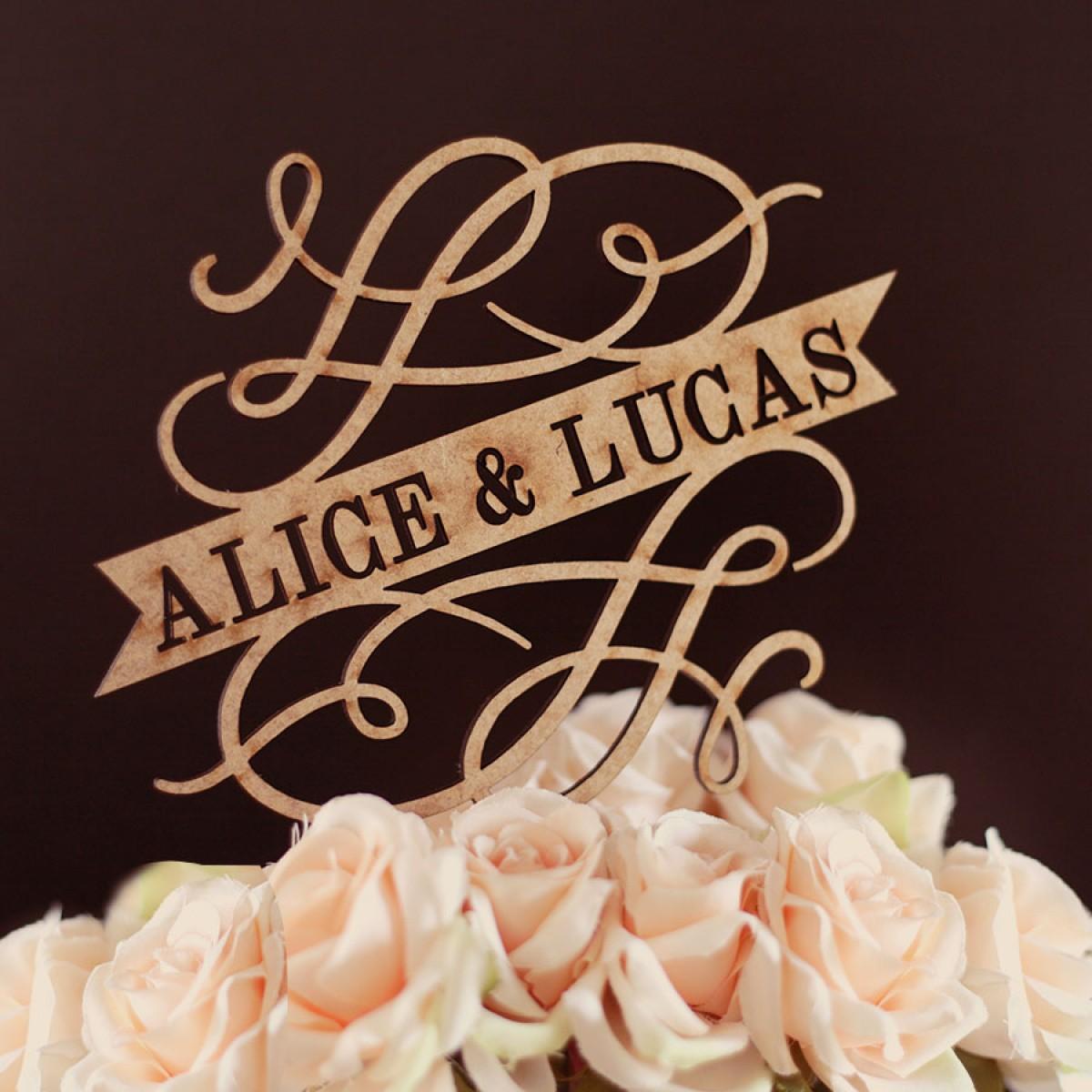 nomes personalizados em topo do bolo de casamento