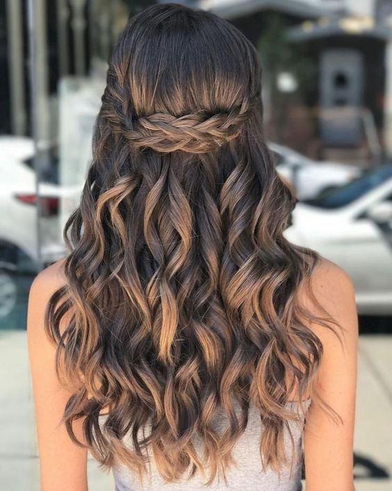penteado simples para cabelo ondulado e longo