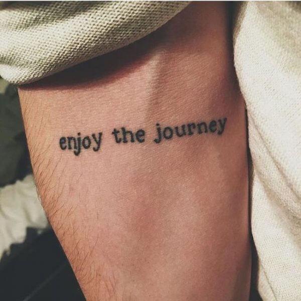 Tendência de tatuagem antebraço masculina frase 2021
