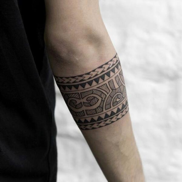 Tendência de tatuagem antebraço masculina tribal 2021