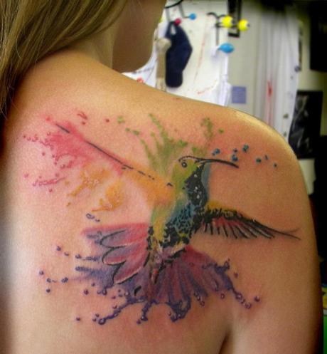 tatuagem beija-flor em aquarela costas