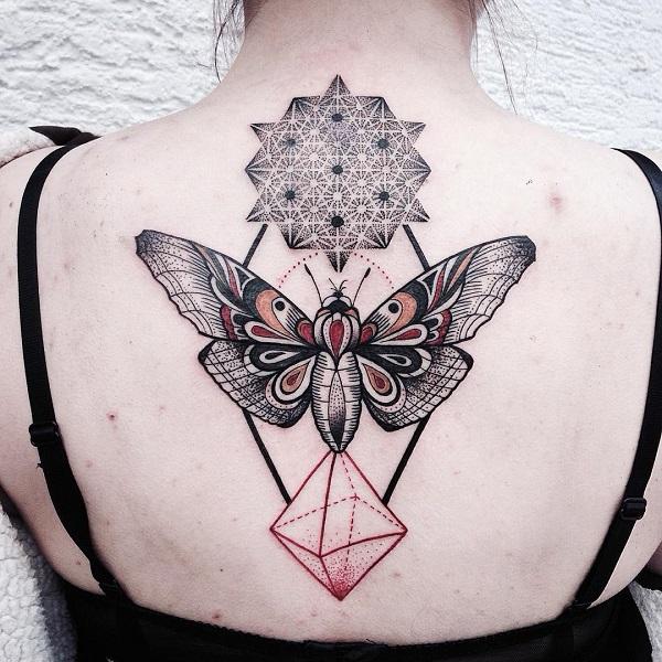 tatuagem de borboleta e mandala nas costas