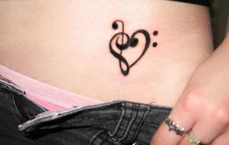 tatuagem de nota musical na barriga