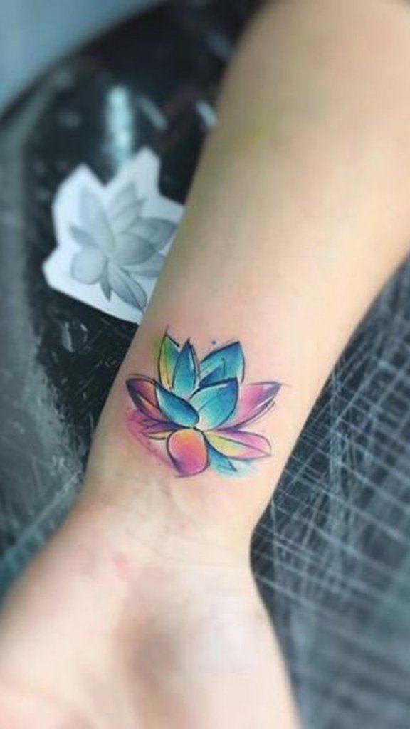 tatuagem feminina de aquarela no pulso 2021