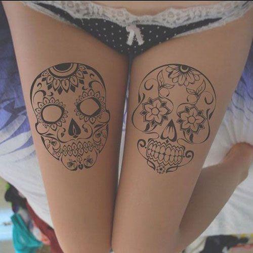 tatuagem feminina de caveira mexicana na coxa 2021
