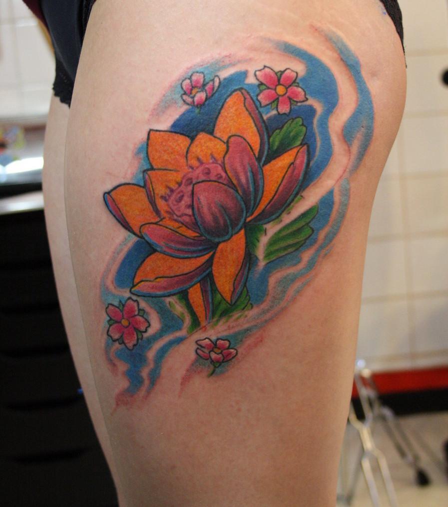 tatuagem feminina de flor de lótus na coxa 2021