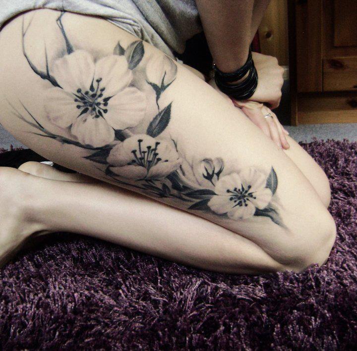 tatuagem feminina de flores na coxa 2021