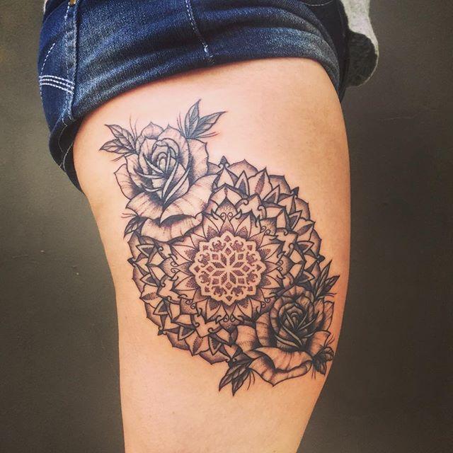 tatuagem feminina de mandala na coxa 2021