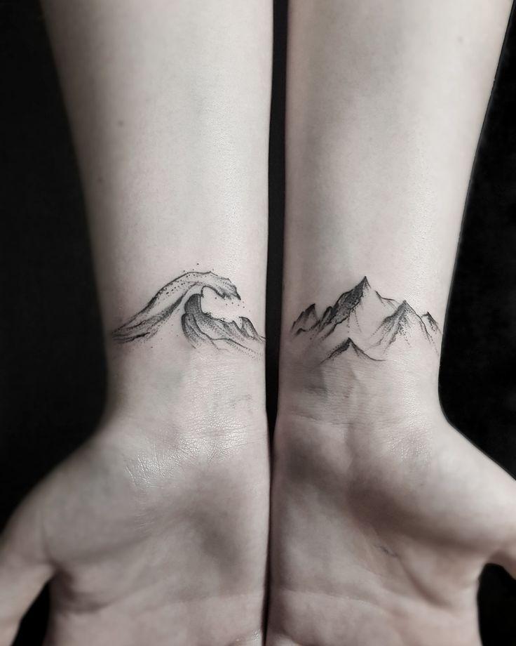 tatuagem feminina de pontilhismo no pulso 2021