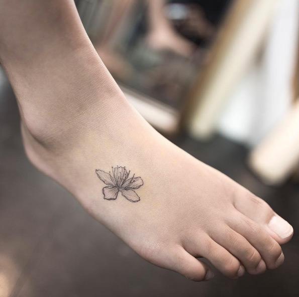 tatuagem feminina de traços finos no pé 2021