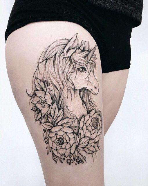 tatuagem feminina de unicórnio na coxa 2021