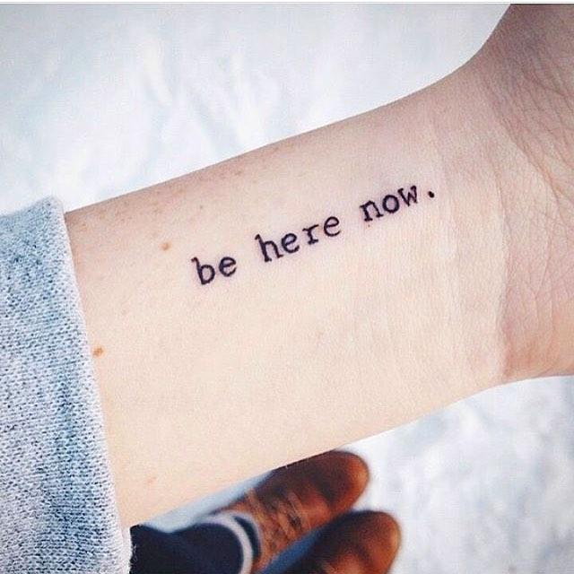 tatuagem feminina delicada de frase 2021