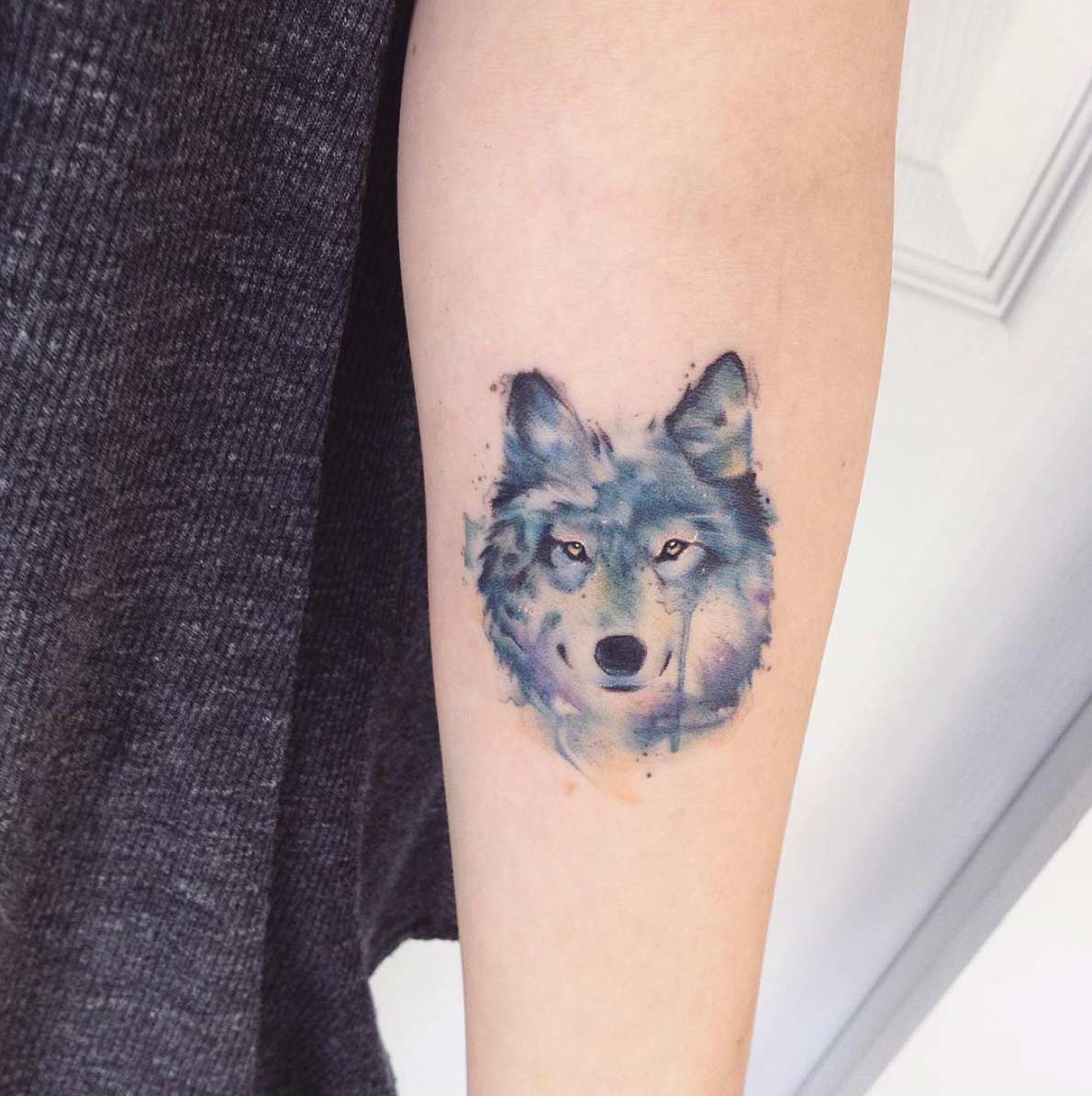 tatuagem feminina delicada de lobo 2021