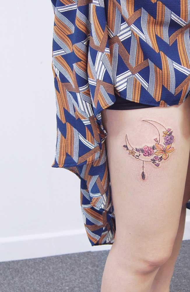 tatuagem feminina delicada na coxa 2021