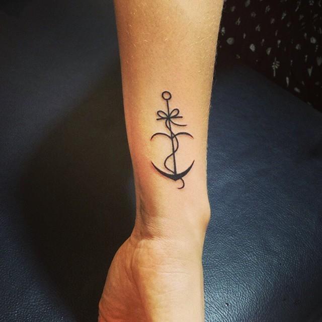 tatuagem feminina fineline no pulso 2021