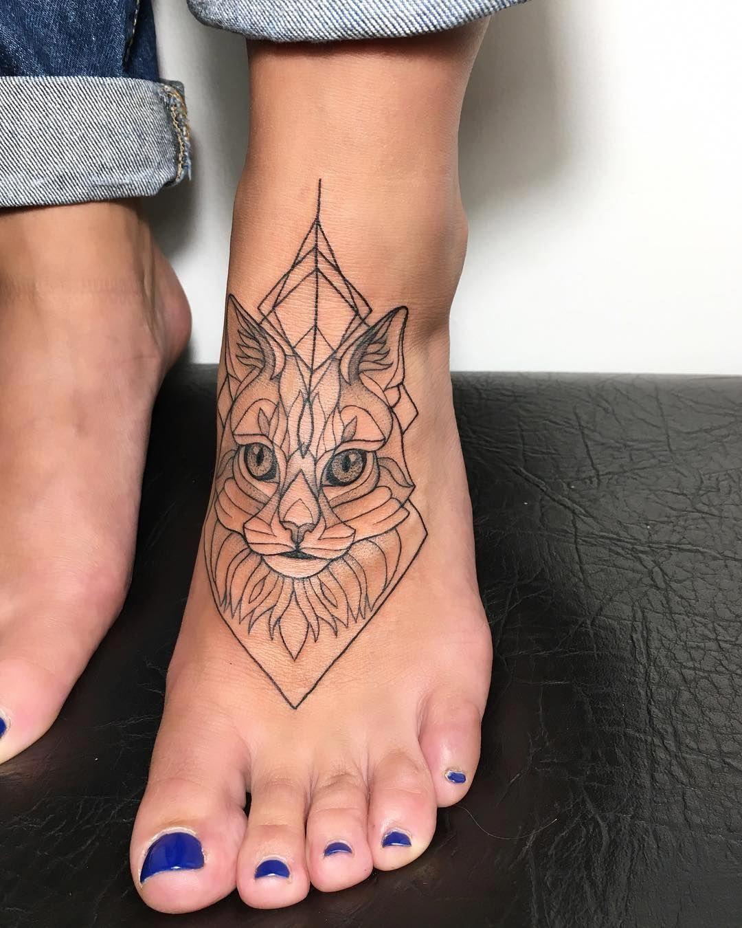 tatuagem feminina geométrica no pé 2021