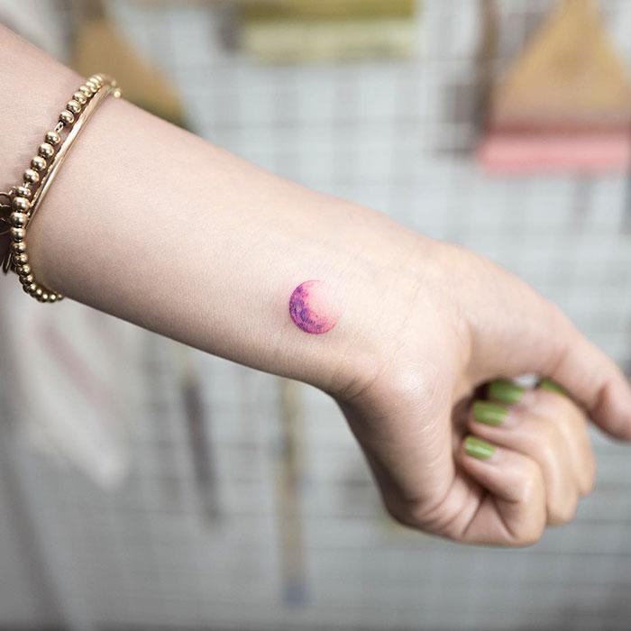 tatuagem feminina minimalista no pulso 2021