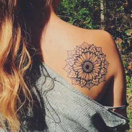 tatuagem feminina na lateral das costas