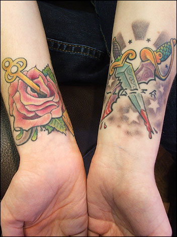 tatuagem feminina new school no pulso 2021
