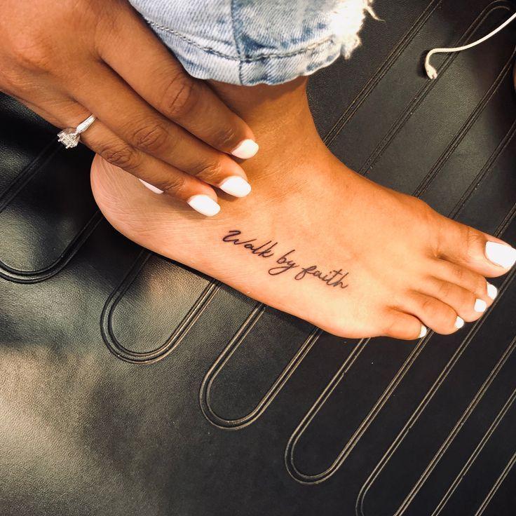 tatuagem feminina no pé com frases ou palavras 2021