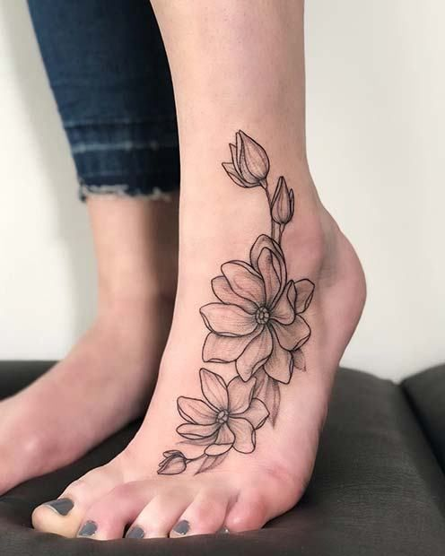 tatuagem feminina no pé de flores 2021