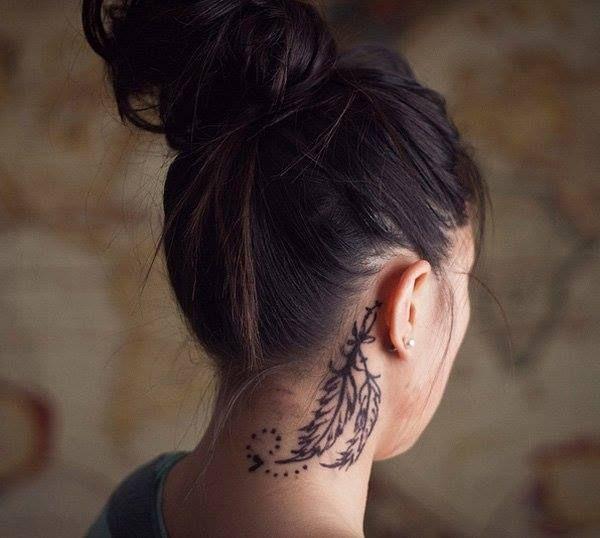 tatuagem feminina no pescoço 2021