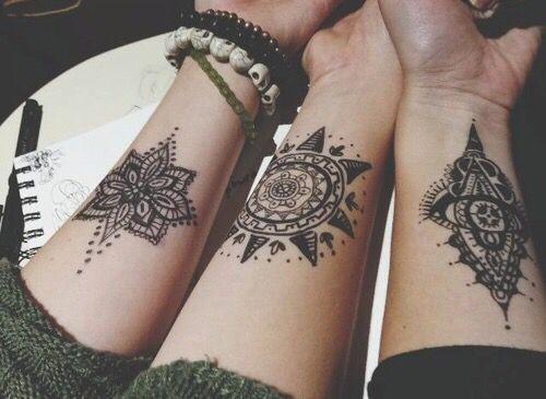 tatuagem feminina no pulso 2021