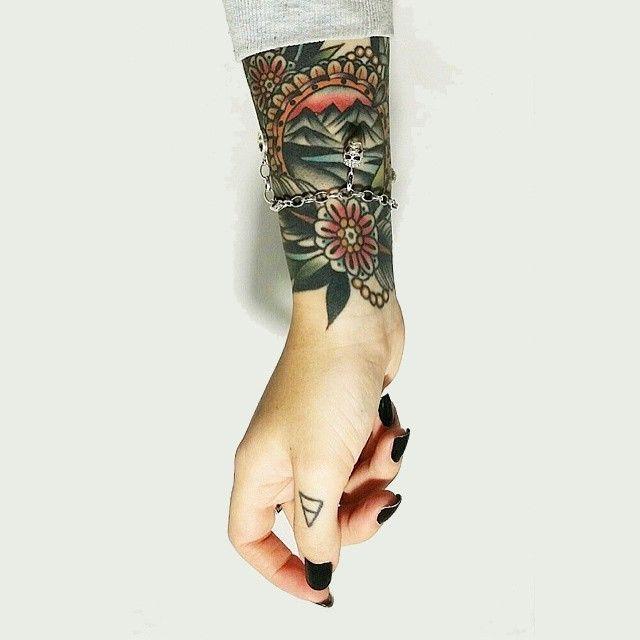 tatuagem feminina old school no pulso 2021