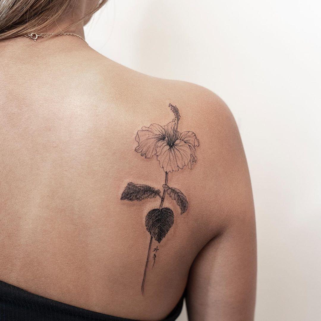 tatuagem floral nas costas