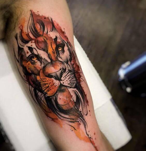 Tatuagem masculina no braço aquarela