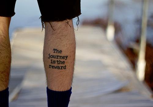 Panturrilha masculina tatuada