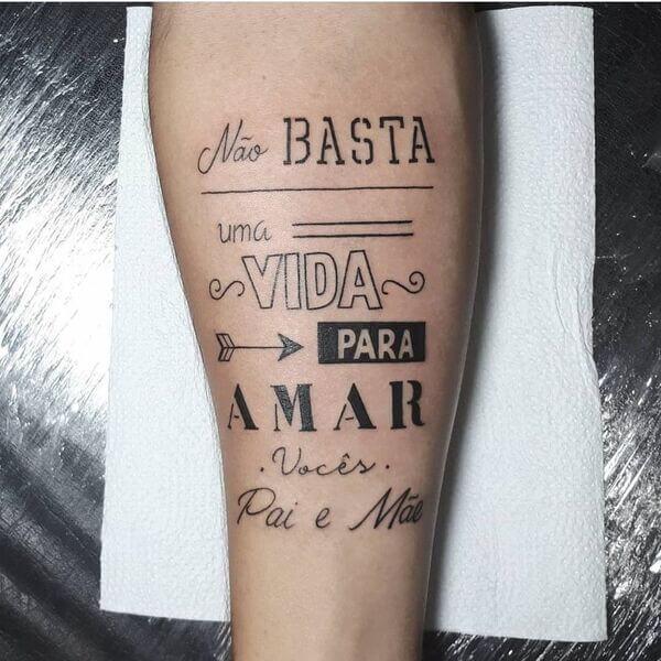 Tatuagem masculina na perna homenagens para os pais
