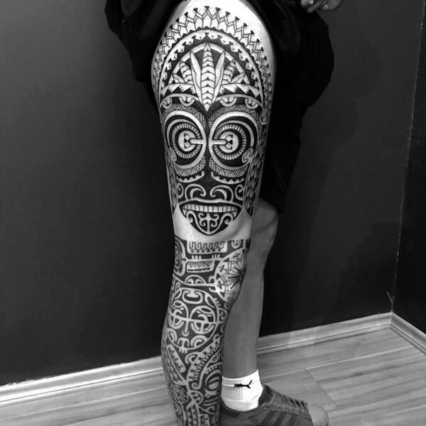 Tatuagem na perna masculina maori