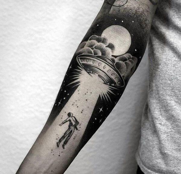 Tatuagem masculina no braço Negative Space