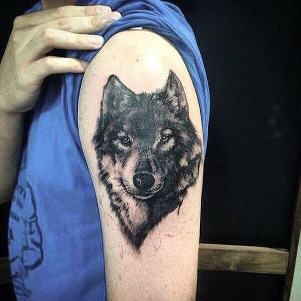 Tatuagem no ombro masculina de lobo