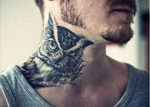 Homem com tatuagem de coruja no pescoço