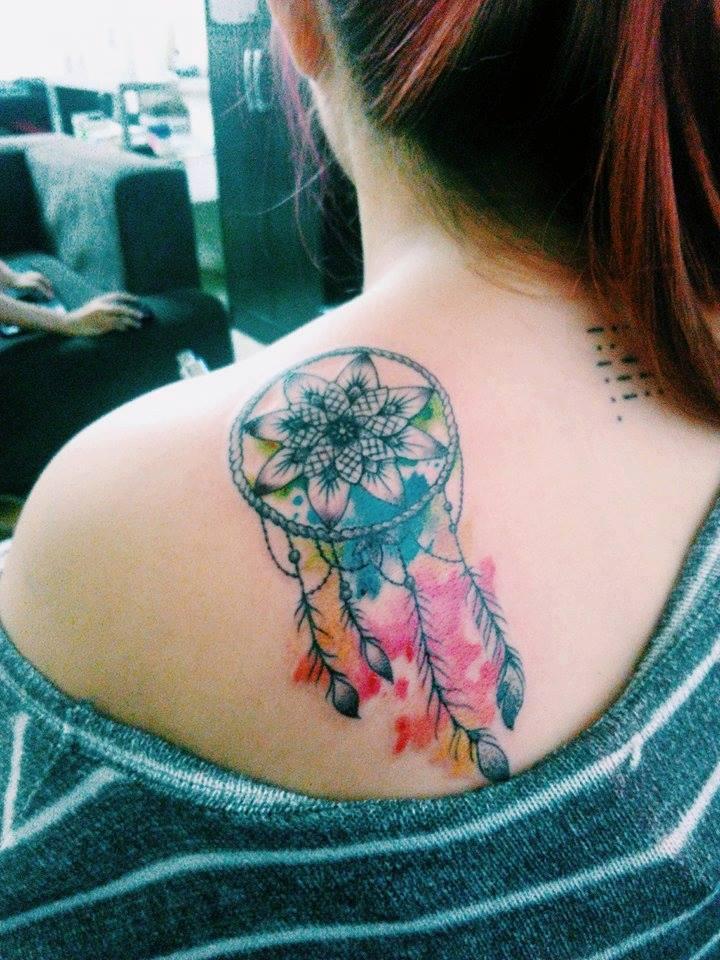 tatuagem no ombro de filtro de sonhos 2021