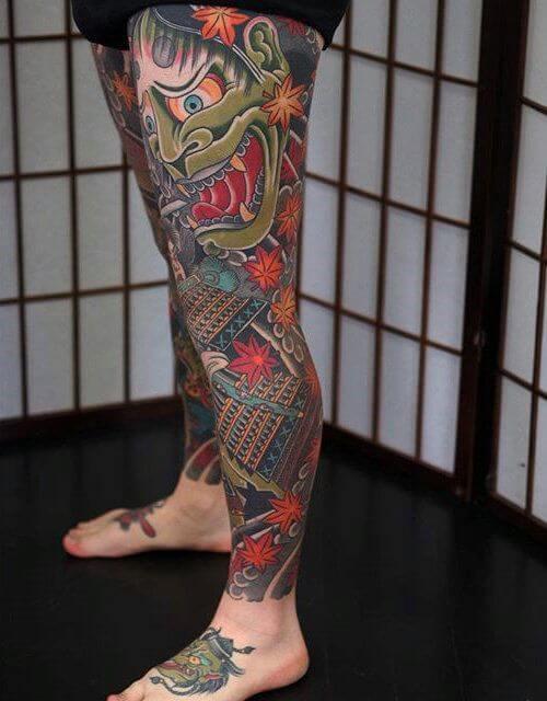 Tatuagem na perna masculina oriental
