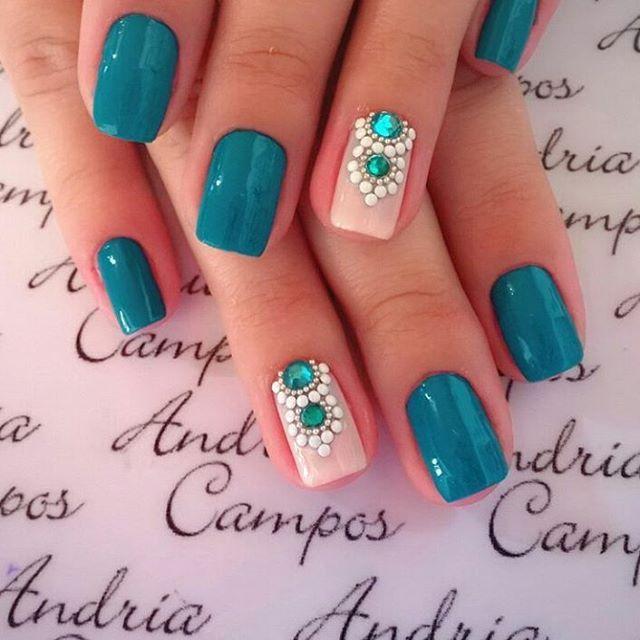 unhas decoradas verdes com joias 1