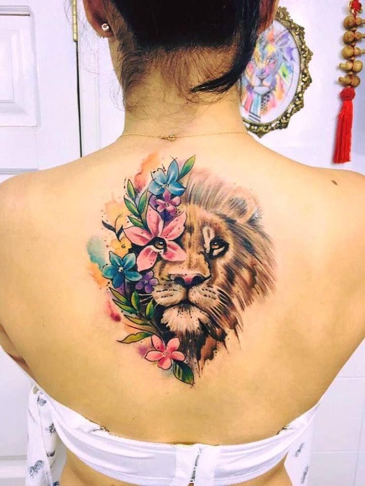 Tatuagem feminina de leão 2021 com flores