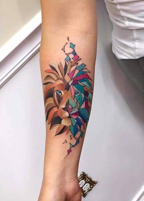 Tatuagem feminina de leão 2021 geométrica
